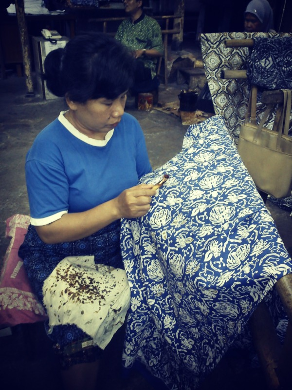 La fabrication du batik à la main.